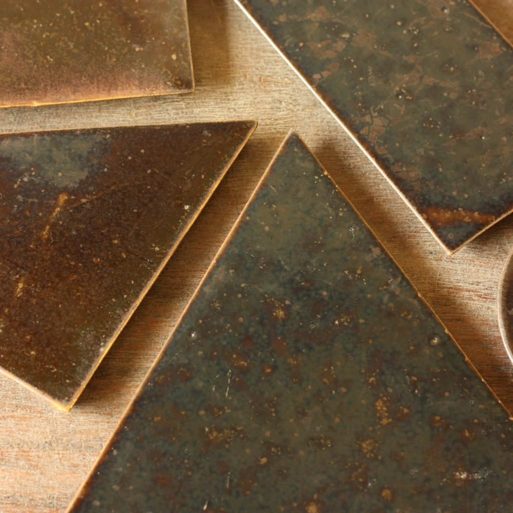 並べられた茶色の陶